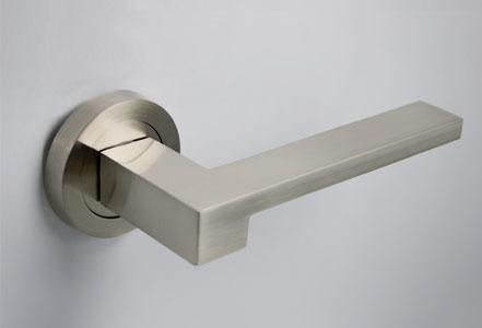 Rosetas y manillas puertas línea Basic