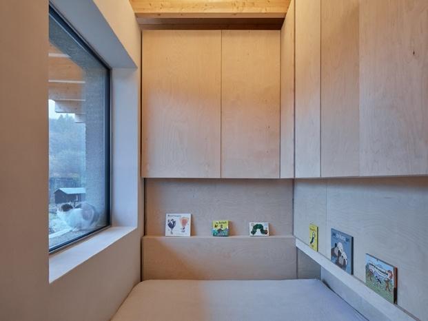Otro dormitorio integrado al entorno que envuelve la casa